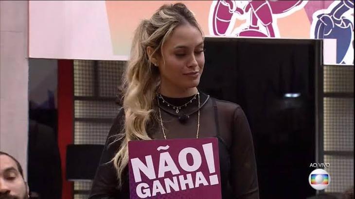 """Sarah Andrade com a plaquinha de """"não ganha"""" durante o jogo da discórdia"""