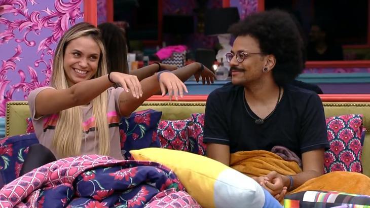 Sarah estendendo os braços para Fiuk no quarto colorido