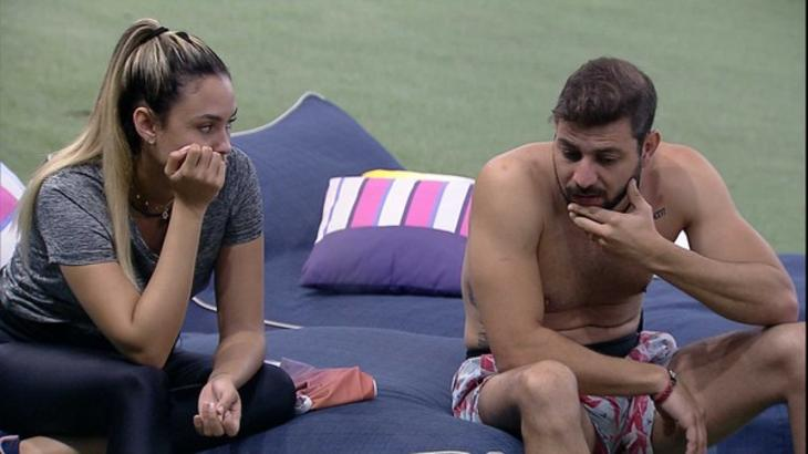 Sarah sentada conversando com Caio