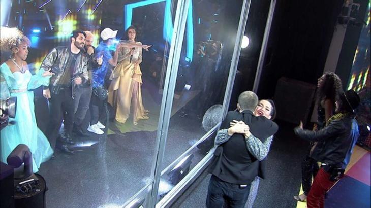 Tiago Leifert e Juliette se abraçando no BBB21