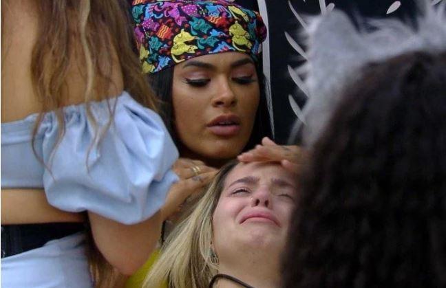 Viih Tube chora e é amparada por Pocah e Camilla de Lucas