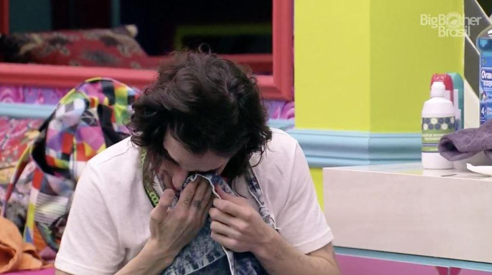 Fiuk limpa as lágrimas no quarto do BBB21