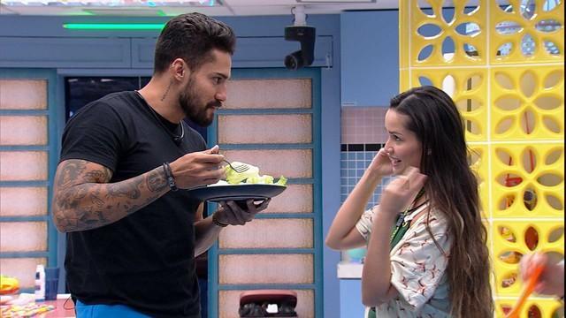 Arcrebiano come salada enquanto conversa com Juliette