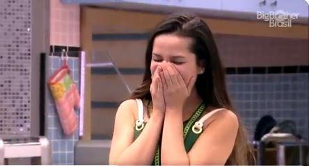 Na cozinha, Juliette coloca as mãos na boca após mal entendido no BBB21
