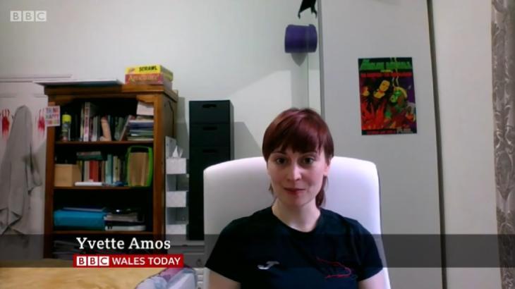 Mulher esquece e vaza pênis de borracha durante entrevista na BBC