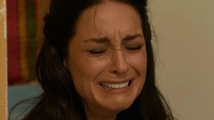 Beatriz sentada no chão, chorando