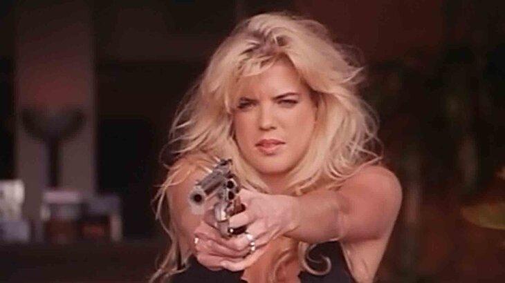 Becky Mullen aparece segurando uma arma em clipe musical