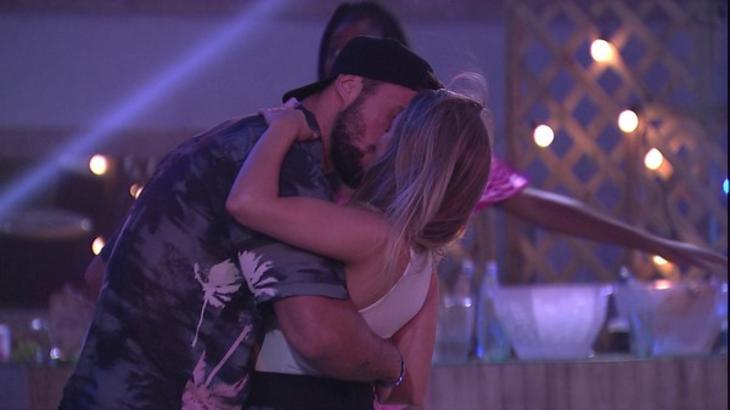 Arthur e Carla Diaz se beijando na festa do BBB21
