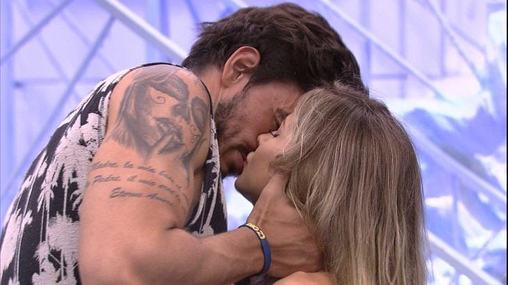 Guilherme e Gabi se beijando no BBB20