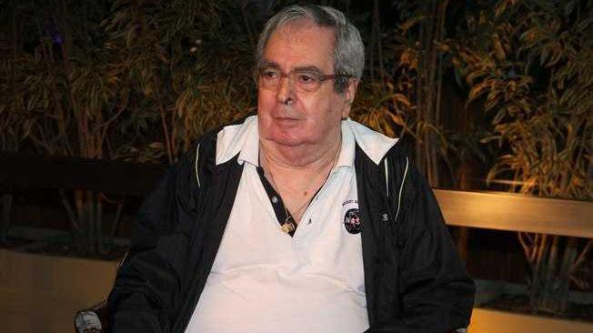 Benedito ruy Barbosa sentado de camisa polo branca e jaqueta preta