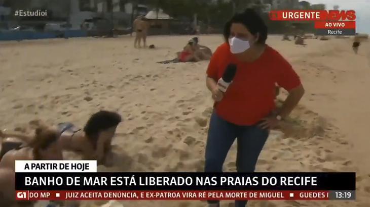 """A repórter Bianka Carvalho pede para banhista """"abençoado"""" usar máscara na praia"""