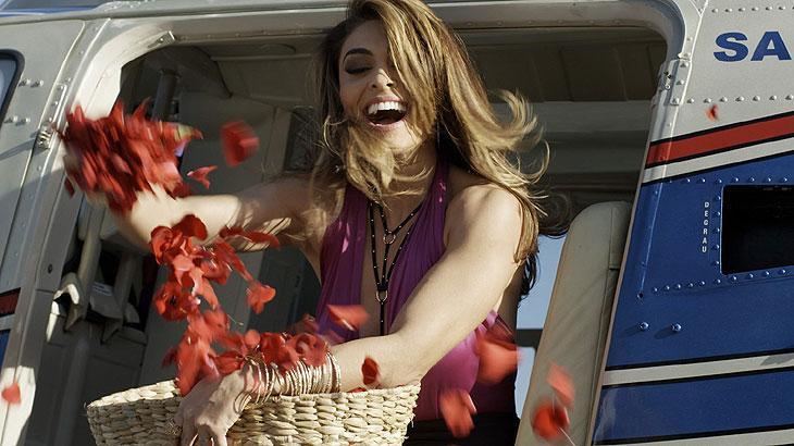 Cena de A Força do Querer com Bibi jogando flores de cima de um helicóptero