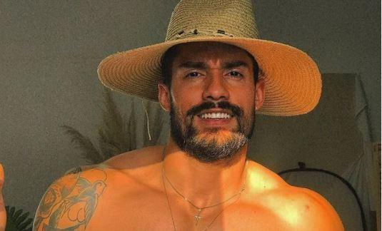 Bil Araújo posa de chapéu e sem camisa