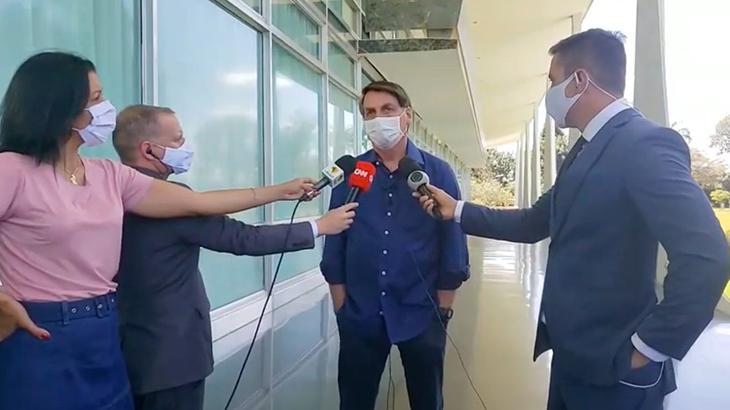 O presidente Jair Bolsonaro anuncia que está com coronavírus