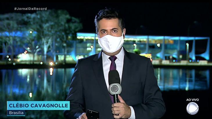 TVs correm para noticiar teste de Bolsonaro para coronavírus