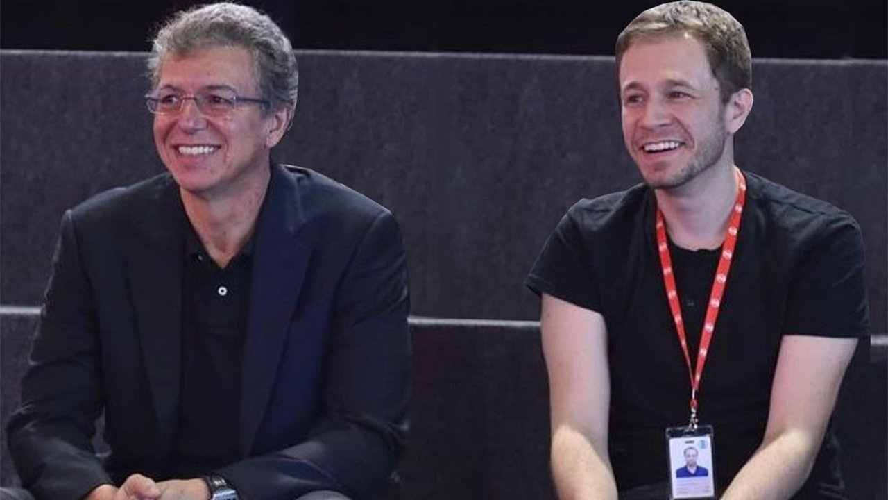 Boninho e Tiago Leifert sentados próximos sorrindo