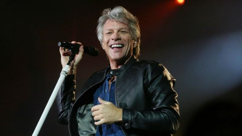 o cantor Jon Jovi sorrindo