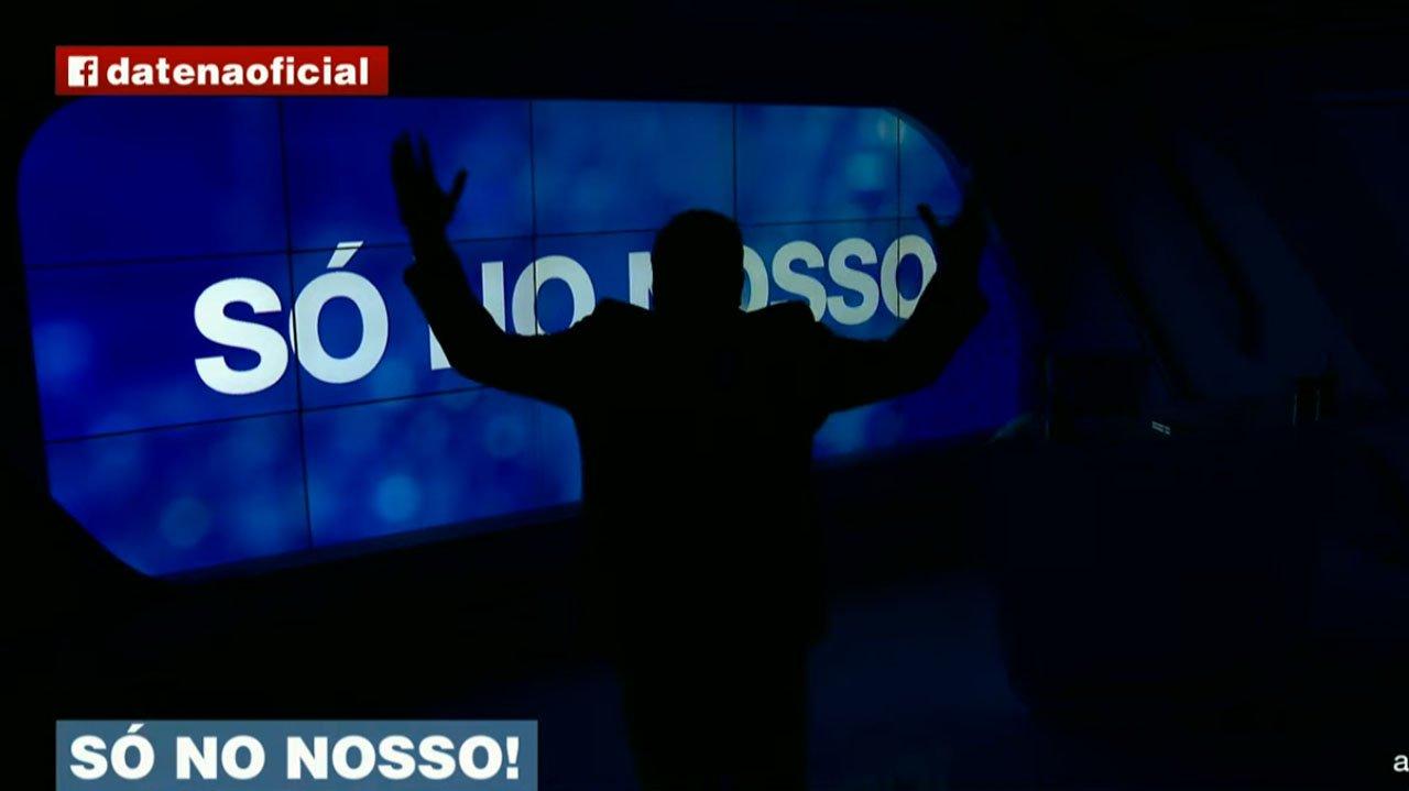 Datena com as mãos levantadas em estúdio apagado do Brasil Urgente