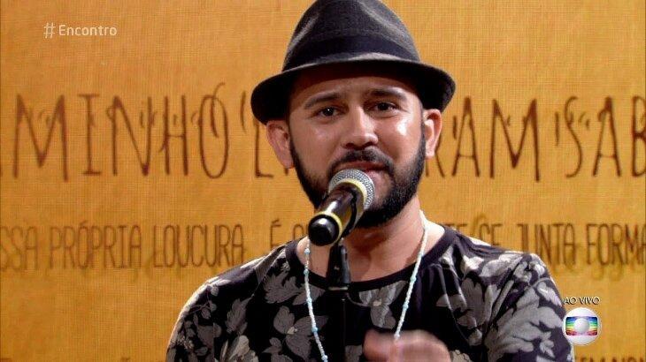 Bráulio Bessa declamando poesia no Encontro