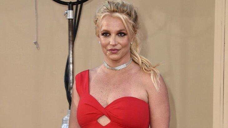Britney Spears de vestido vermelho