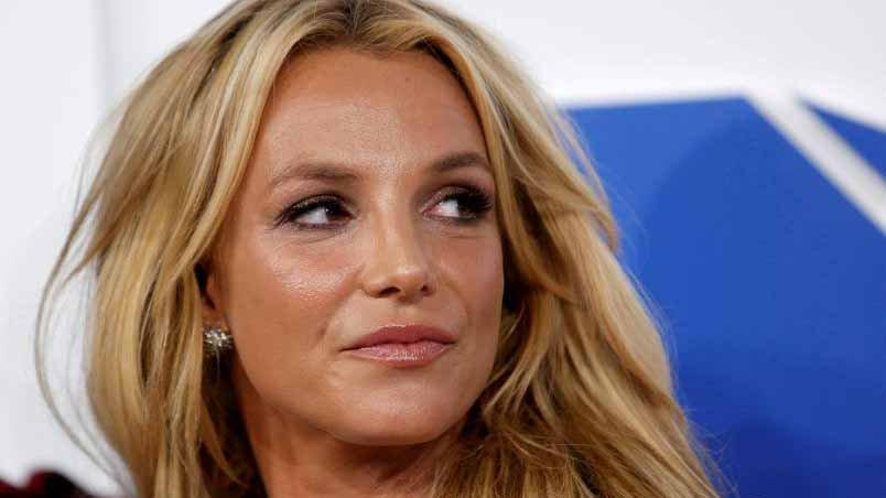 Britney Spears olhando de rabo de olho