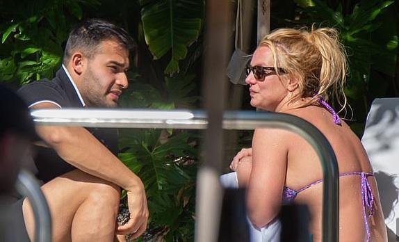 Britney Spears é flagrada de biquíni comemorando aniversário de 38 anos