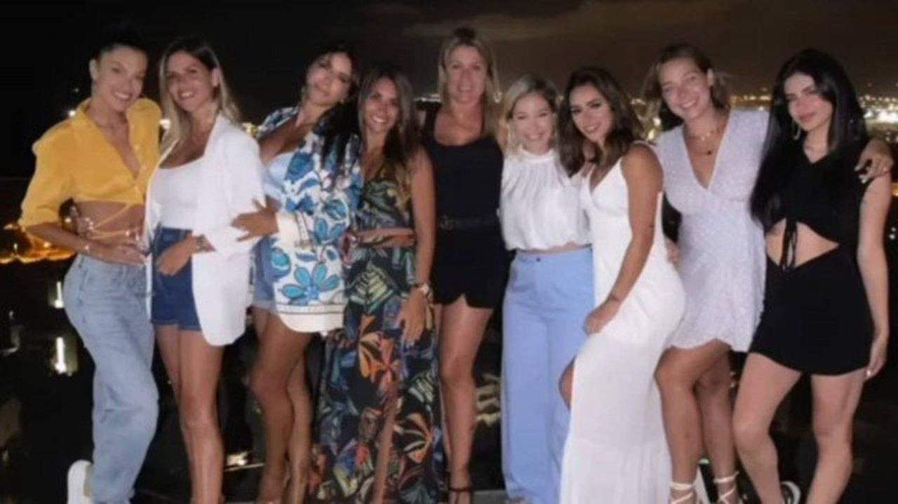 Mulheres dos jogadores posando em pé