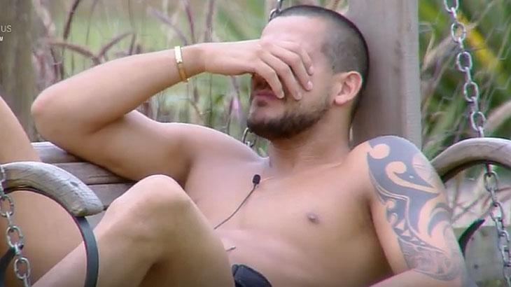 Caique chora após Fernanda sair