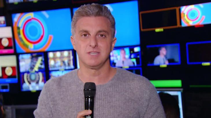 Luciano Huck com microfone