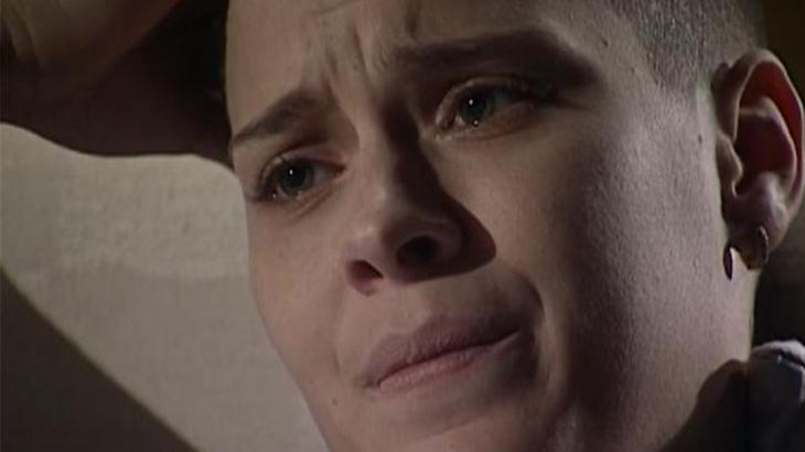Camila com olhar melancólico para Miguel
