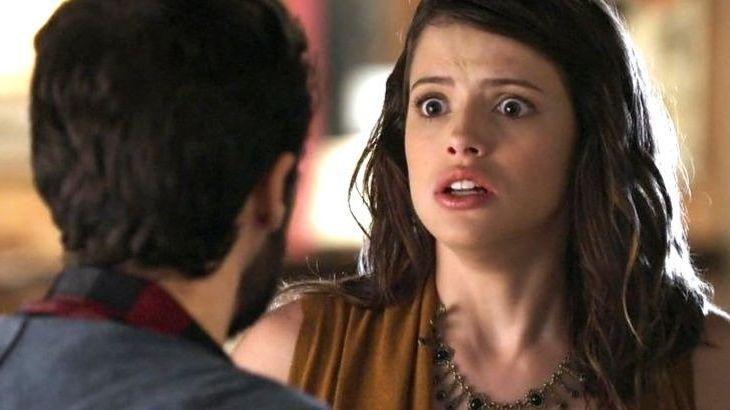 Camila com olhos arregalados e expressão de terror encara Giovanni