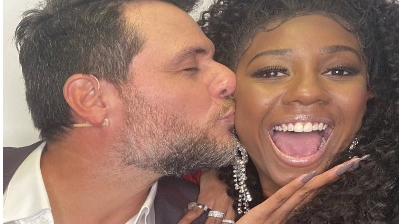 Rodrigo Lombardi beijando rosto de Camilla de Lucas