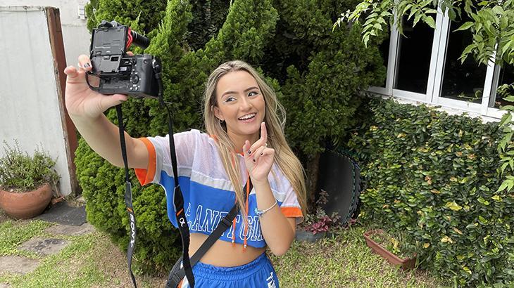 Camilla Rocha com uma câmera nas mãos