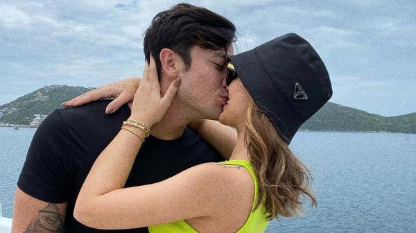 Daniel Caon e Rafa Kalimann se beijando