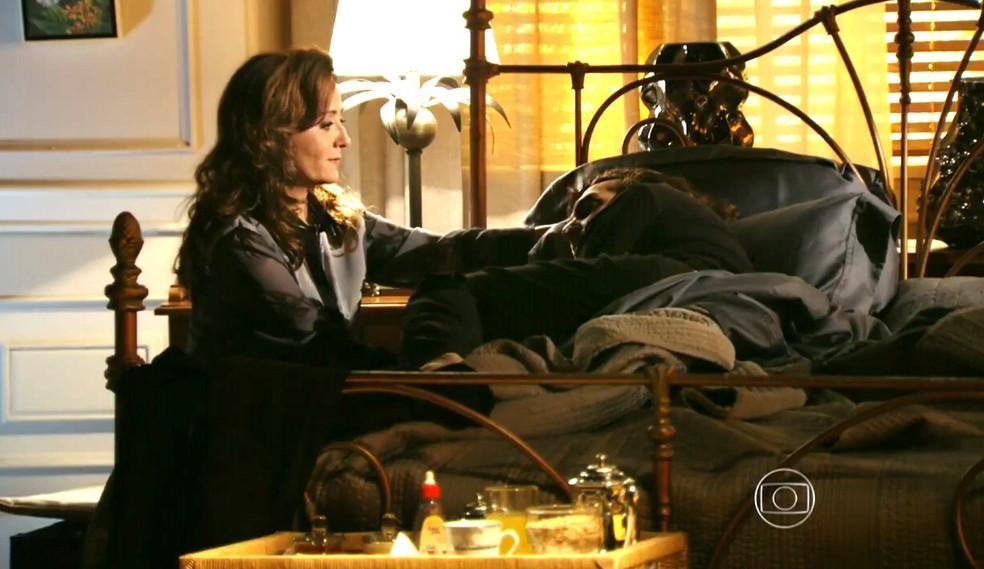 Alberto na cama sendo consolado por Guiomar