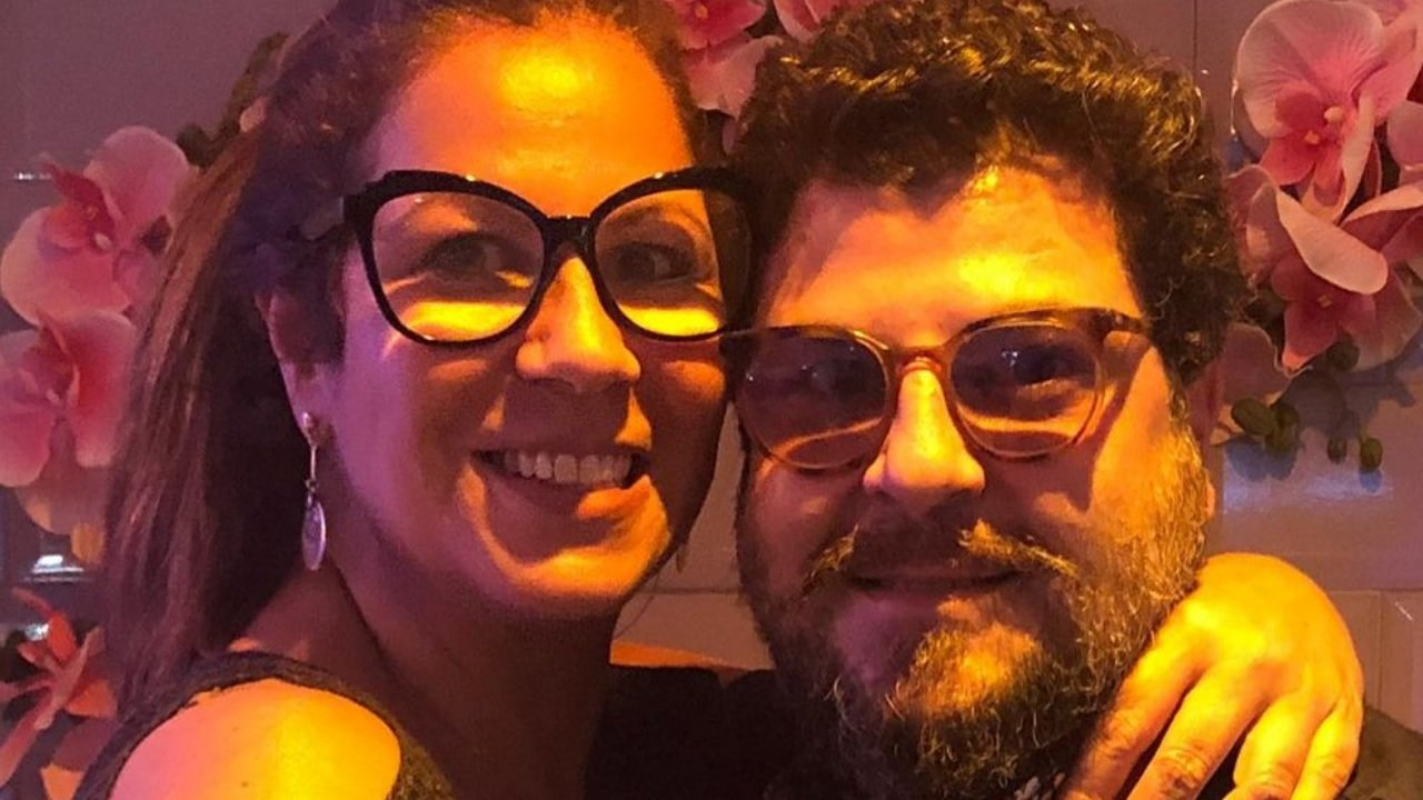 A atriz Carla Daniel abraça o namorado Sérgio Stamile, que foi assassinado aos 41 anos, no Rio de Janeiro