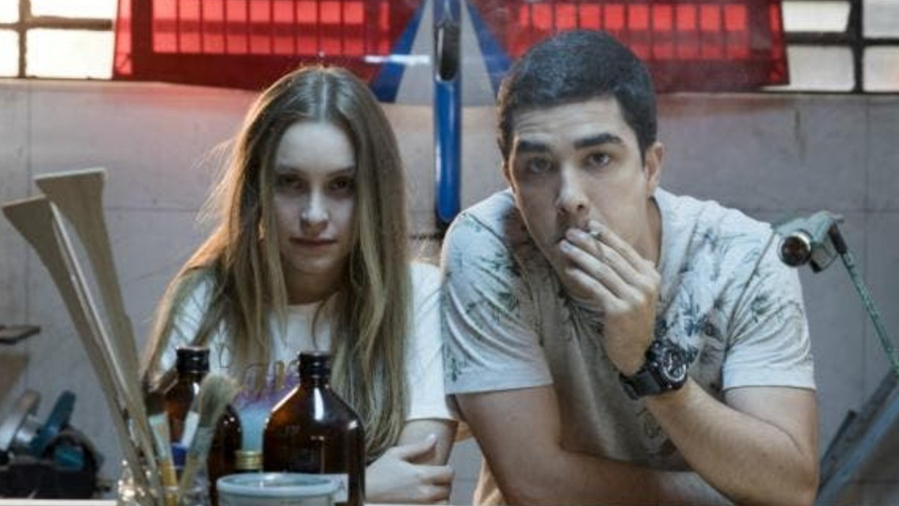 Carla Diaz e Leo Bittencourt em cena dos filmes A Menina que Matou os Pais e O Menino que Matou Meus Pais