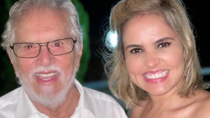 Carlos Alberto de Nóbrega e Renata Domingues sorridentes posados para foto