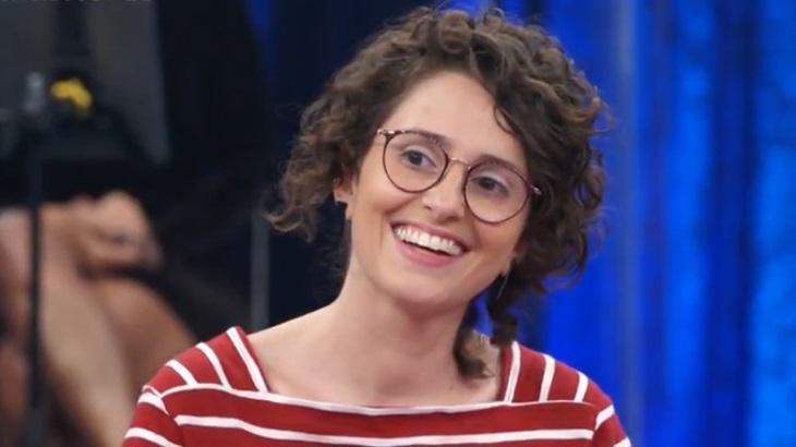 A atriz Carol Duarte no palco do programa Altas Horas, da Globo
