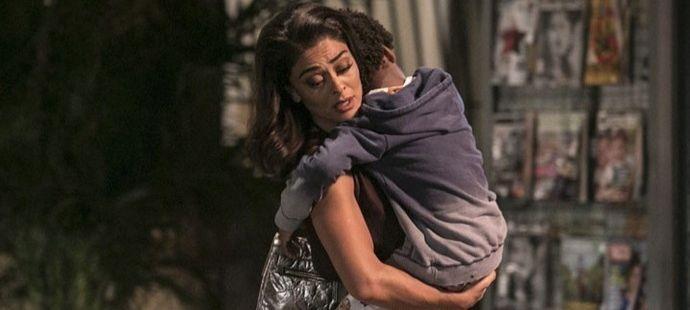 Totalmente Demais: Carolina baixa a guarda e pede ajuda a Arthur para salvar o filho