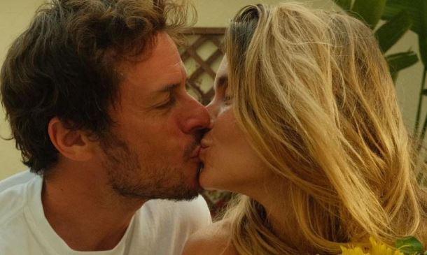 Carolina Dieckmann beija Tiago Worcmann
