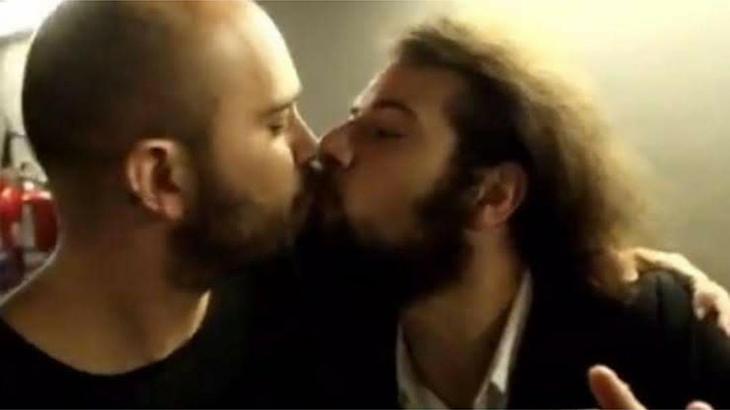 Lucas Gutierrez e Lucas Strabko, o Cartolouco, se beijam
