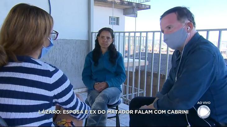 Roberto Cabrini entrevistando a ex e a atual esposa de Lázaro