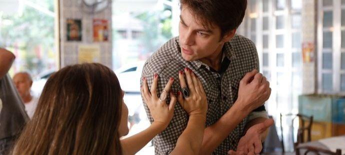 """Totalmente Demais: Cassandra erra feio e espanta pretendente da irmã: \""""Foi mal, Débora\"""""""