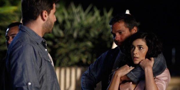 Flor do Caribe: Cassiano salva Cristal e quase dá beijo na caribenha