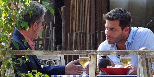 Flor do Caribe: Duque leva Hélio na conversa e dá rasteira em Alberto