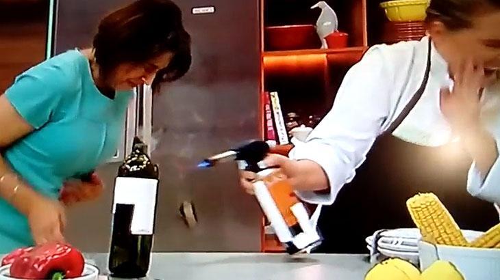 Catia Fonseca explode garrafa de vinho e leva susto ao vivo