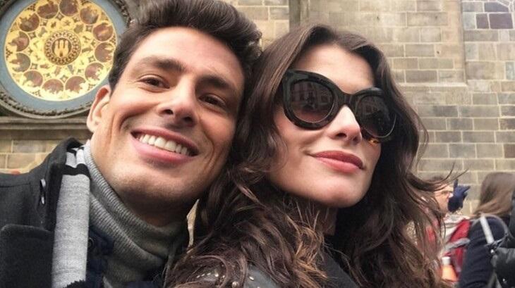 Cauã Reymond e Alinne Moraes tiram selfie em meio às gravações da novela Um Lugar ao Sol