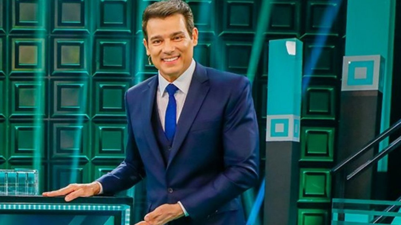 Celso Portiolli sorrindo no Show do Milhão