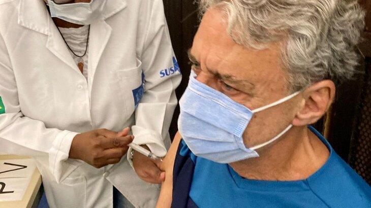 Chico Buarque recebendo vacina contra a Covid-19